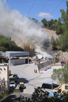Das Übergreifen des Feuers auf das Waldgebiet wurde verhindert.