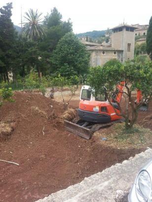 Bagger haben mit den Umbauarbeiten in dem Garten begonnen.