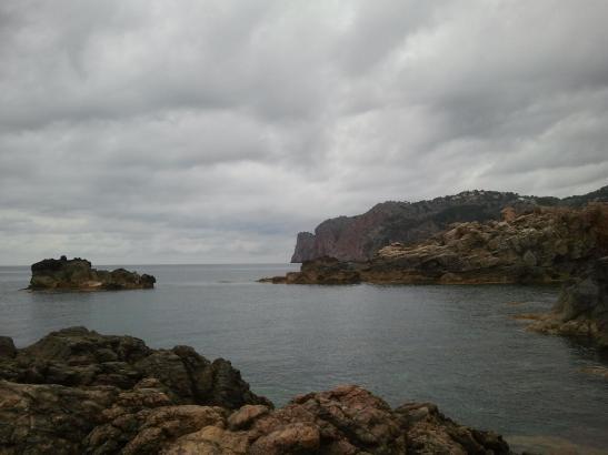 Die Küste bei Deià, wolkenverhangen. So wie auf dem Archivfoto vom 19. Mai ist auch am Sonntag wieder mit (Regen-)wolken zu rech