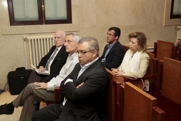 Maria Antònia Munar (r.) 2013 auf der Anklagebank im Korruptionsverfahren um das Grundstück Can Domenge.