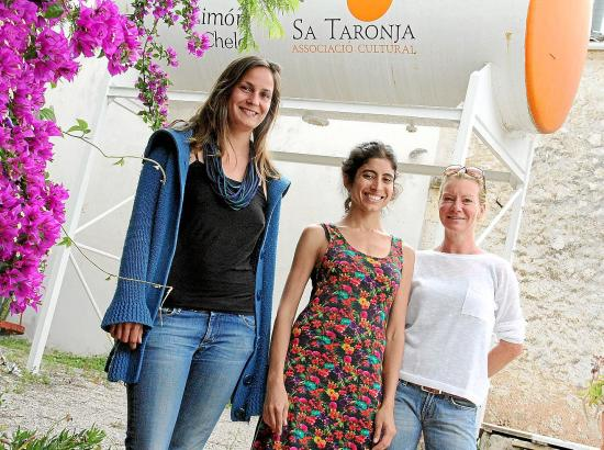 Dolores Acosta (M.) ist die neue Vorsitzende des Kulturvereins Sa Taronja in Andratx. Lisa Hendrich (l.) und Katrin Förster enga
