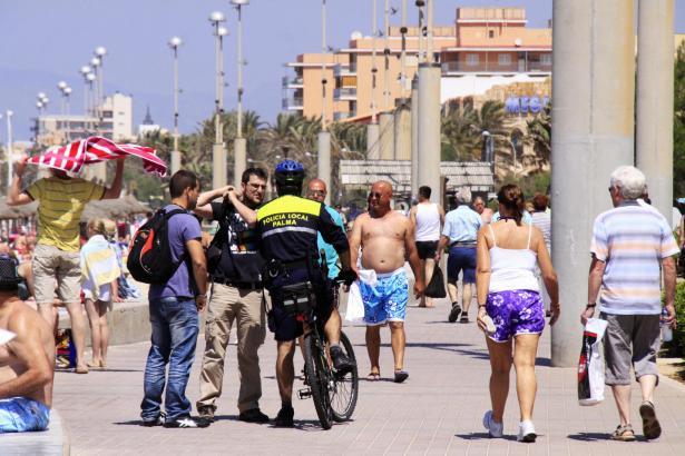 Polizeibeamte an der Playa de Palma.