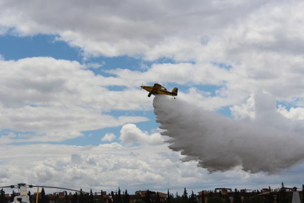 Ein Löschflugzeug des Stützpunktes Son Bonet lässt Wasser ab.