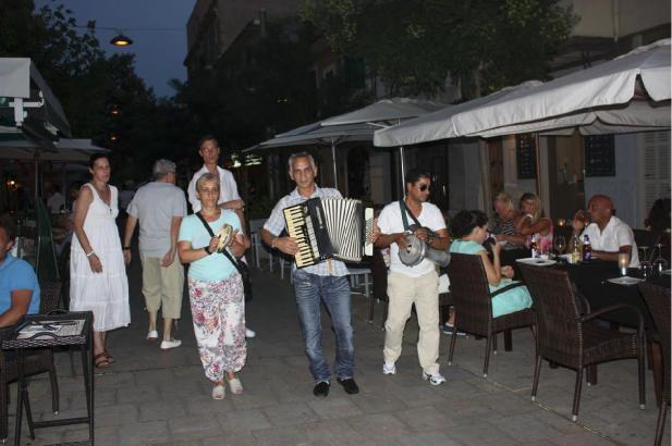 Den Bewohnern ein Dorn im Auge: Straßenmusiker im Carrer Fábrica.