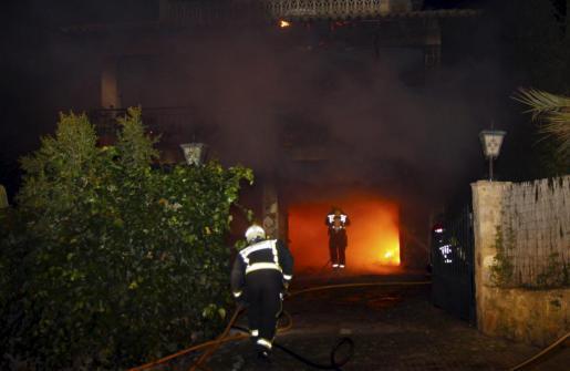 Die Feuerwehr musste den Brand löschen und ein Übergreifen der Flammen auf das Haus der Nachbarn verhindern.