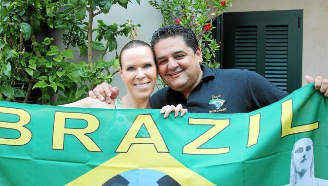"""Für ihren Mann Nicolas hält Katja Lange auch die Brasilien-Flagge hoch. """"Wenn die Deutschen schlecht spielen, unterstütze ich di"""