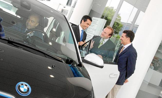 Bei der Übergabe: BMW-Spanienchef Guenther Seemann (o. Mitte) im Gespräch mit dem balearischen Wirtschaftsminister Joaquín Garcí