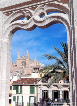 Der Blick schweift vom Dach der Lonja durch ihre gotischen Fensterumrandungen über die Altstadt von Palma nach Osten zur Kathedr