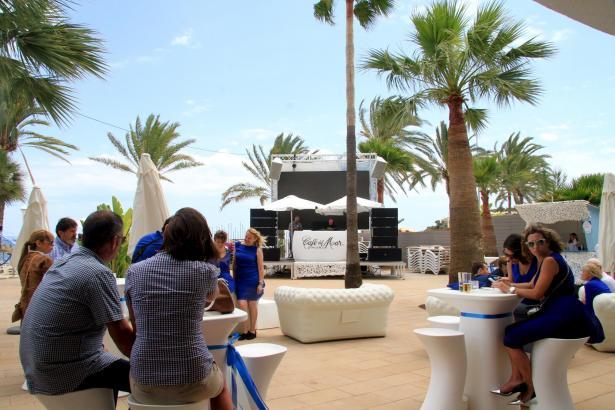 Palmen und weiße Loungemöbel: Das Café del Mar in Magaluf.