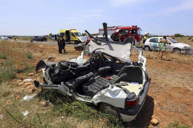 Die Feuerwehr musste den verletzten Deutschen mit schwerem Gerät aus dem Wageninneren bergen.