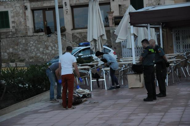 Sanitäter bargen den Leichnam am frühen Morgen in Peguera.
