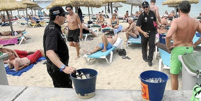 Polizeibeamte beschlagnahmten an der Playa de Palma Glasflaschen und Eimer.