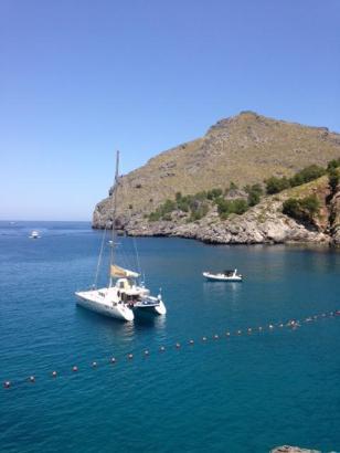 Neu: Eine Bojenkette zum Heraushalten der Boote aus der Bucht von Sa Calobra im Nordwesten von Mallorca.
