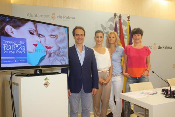 """Palmas Tourismusdezernent Álvaro Gijón mit den Veranstalterinnen des """"Ella""""-Festivals."""