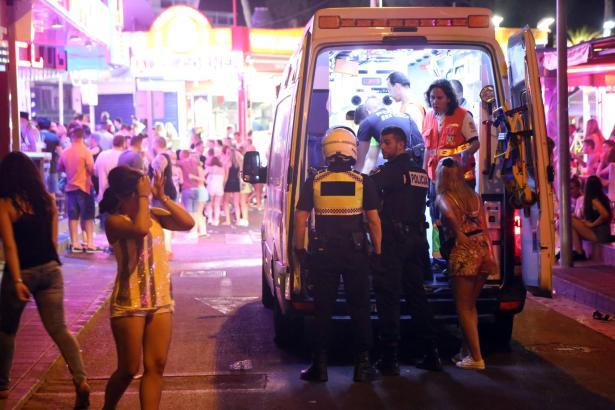 Die Einsatzkräfte hatten Mühe, die Frau in den Krankenwagen zu befördern.