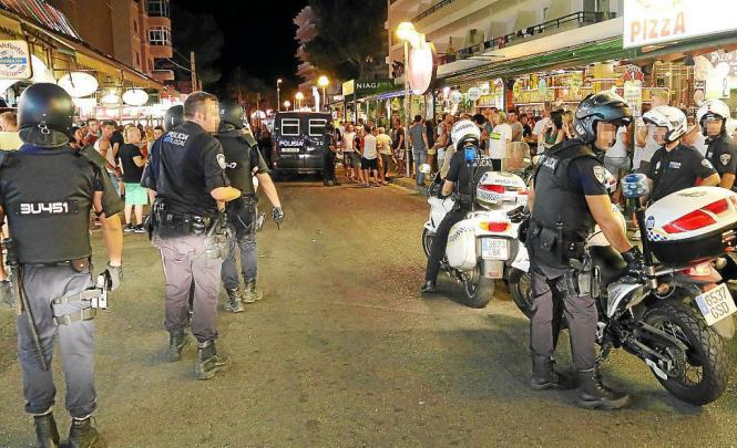 Mit Helmen, Schusswesten und Schlagstöcken ausgerüstete Einsatzkräfte der Polizei gingen gegen die Randalierer in der Schinkenst