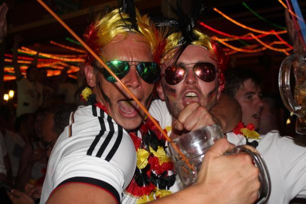 Konnten ihr Glück kaum fassen: Deutsche Fans an der Playa de Palma