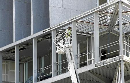Es regt sich was: Die ersten Arbeiter müssen die Baustelle zunächst wieder sicher machen.