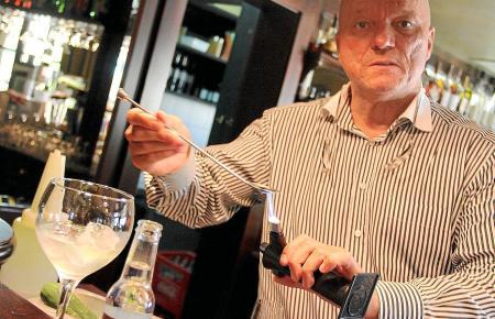 Für den besonderen Geschmacks-Kick gibt Rousseau ein paar geröstete Kaffee-Bohnen in den Gin-Tonic.