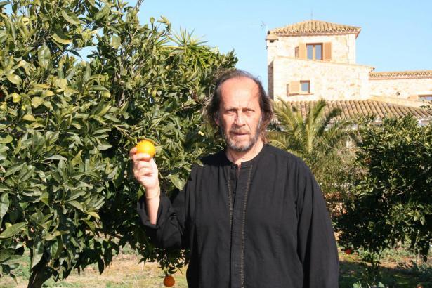 Paco de Lucía 2007 vor seinem Haus in Campos.