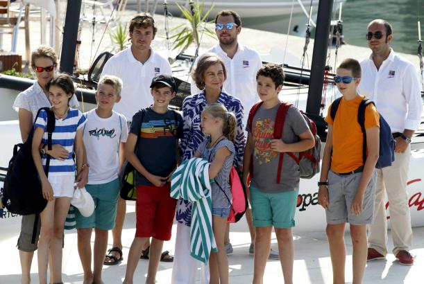 Am Montag brachte Königin Sofía ihre Enkel zum Segelkurs.
