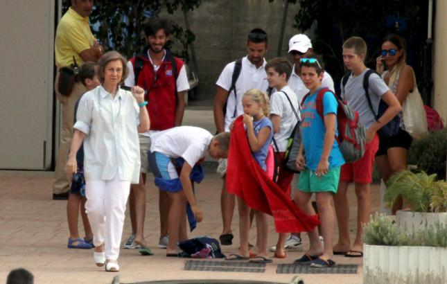 Doña Sofía mit ihrer Familie im Segelclub Calanova auf Mallorca.