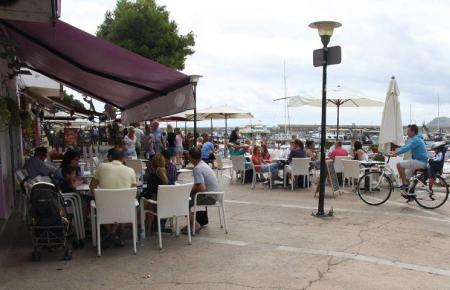 Der graue Himmel lockte am Dienstag viele Menschen in Cafés.