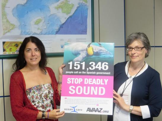 Ocean-Care-Präsidentin Sigrid Lüber (rechts) und eine Mitarbeiterin des Umweltministeriums in Madrid.