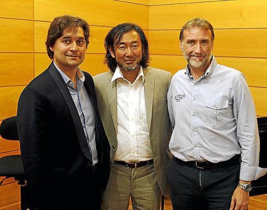 Das Triumvirat (v.l.): Die Dirigenten Pablo Mielgo und Joji Hattori, Geschäftsführer Marcelino Minaya.