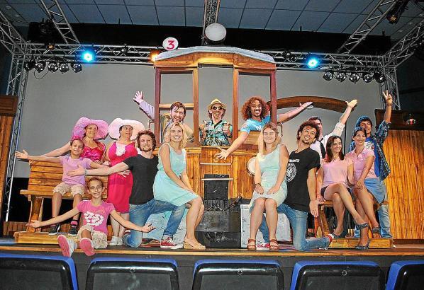 """Die Musical-Darsteller posieren auf dem """"Tren de Sóller"""" in der Sala Augusta."""