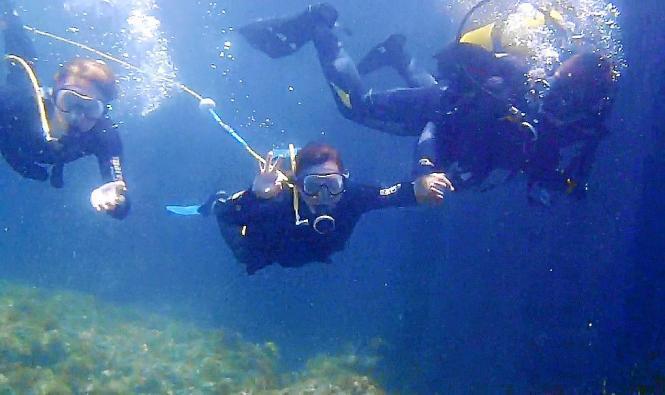 Jessa im türkis-blauen Wasser.