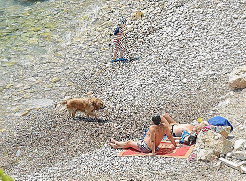 Idylle mit Hund: Die Badegäste an der Cala Blanca genießen die Ruhe mit ihrem Vierbeiner.