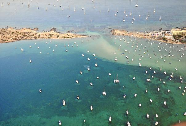 Man sieht das Meer vor lauter Booten kaum: Ein Sommertag auf Formentera.