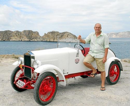 Charly Bosch mit seinem 90 Jahre alten Loryc, den er eigenhändig auf Elektromotor umgerüstet hat.