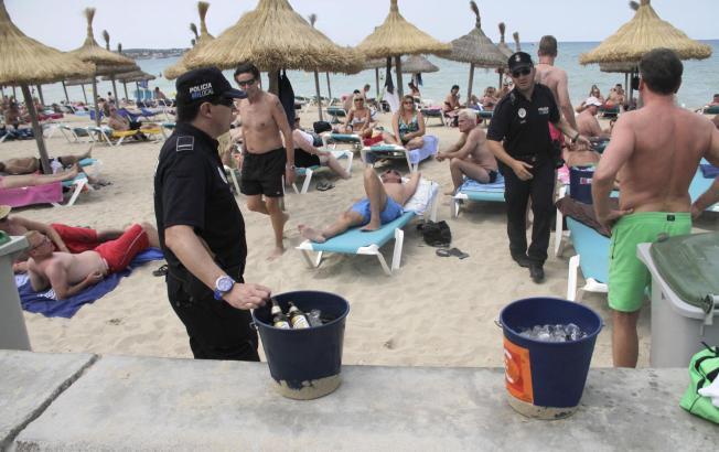 Seit zwei Monaten geht die Polizei jetzt gegen Saufgelage an der Playa de Palma vor. Rund 500 Eimer wurden beschlagnahmt.