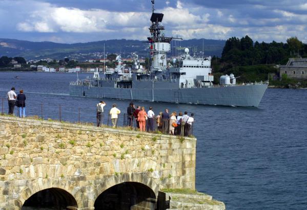 """Die spanische Fregatte """"Baleares"""" im Jahre 2005 in ihrem Basishafen in El Ferrol."""