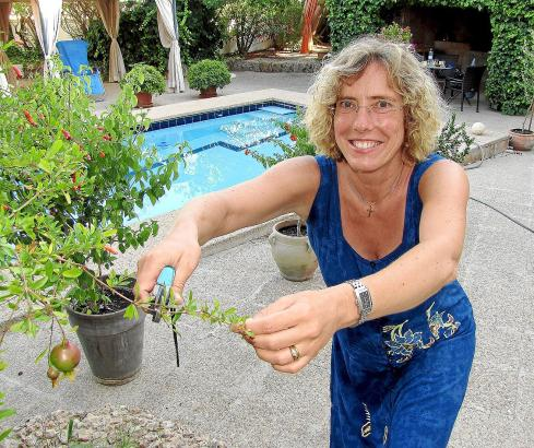 Macht auch Gartenarbeit: Pfarrerin Heike Stijohann.