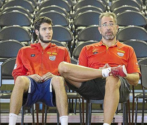 Brennt auf seinen Einsatz bei der WM: Álex Abrines mit Spaniens Nationaltrainer Juan Antonio Orenga.