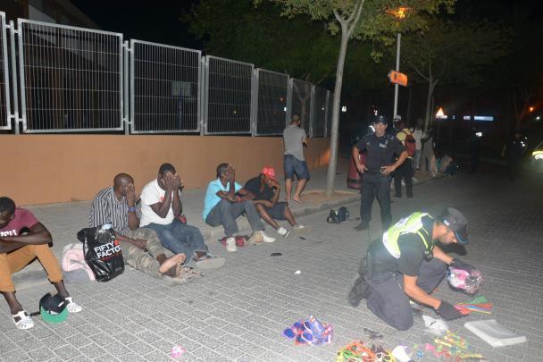 Diesen Sommer geht die Polizei verstärkt gegen afrikanische Straßenhändler vor.