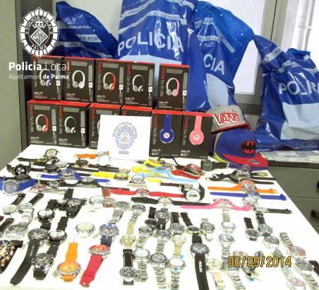 Die Lokalpolizei stellte mehrere Dutzend gefälschte Uhren sicher.