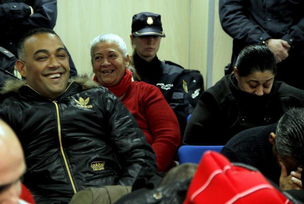 """Clanchefin """"La Paca"""" im roten Pullover, umgeben von ihren mitangeklagten Kindern, 2013 beim Prozess im Gerichtssaale in Palma."""