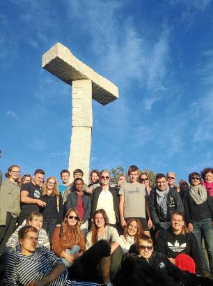 Gruppenbild unter der Stele: Die Teilnehmer des internationalen Jugendtreffens in Trondheim.
