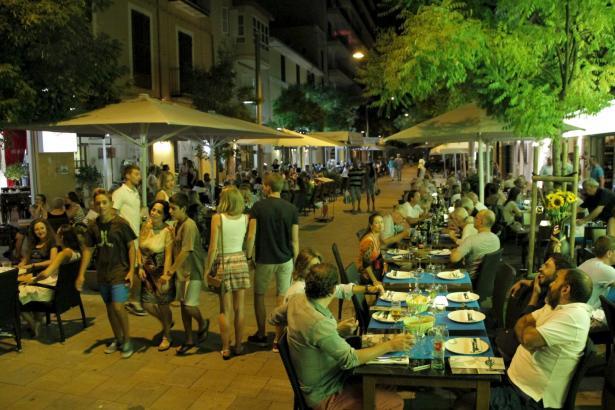 Freiluftplätze von Bars und Restaurants prägen das Bild in der Calle Fábrica.