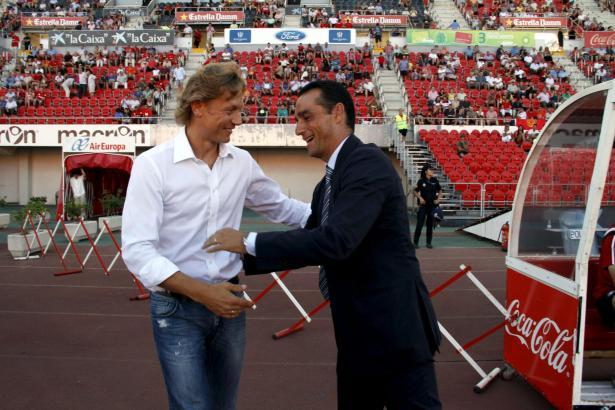 Herzliche Begrüßung zwischen Mallorcas Neu-Trainer Karpin (l.) und Ex-Trainer Oltra am Rande der Begegnung.