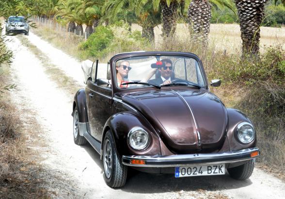 Popstar James Blunt chauffierte seine Sofia im Käfer-Cabrio.