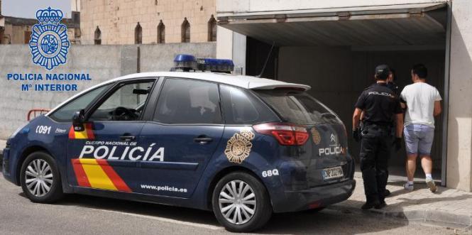 Der Bordellbetreiber aus Porto Cristo wird auf die Polizeiwache nach Manacor gebracht.
