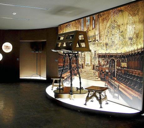 Ein von Gaudí entworfenes Chropult ist ebenfalls Teil der Ausstellung.