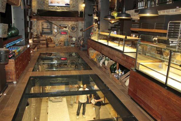 Durch den Glasfußboden hat man einen direkten Einblick in die darunterliegende Backstube.