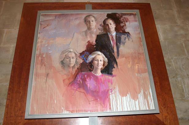 Noch zieren viele Bilder von Ex-König Juan Carlos und seiner Frau Sofia die Amtszimmer.