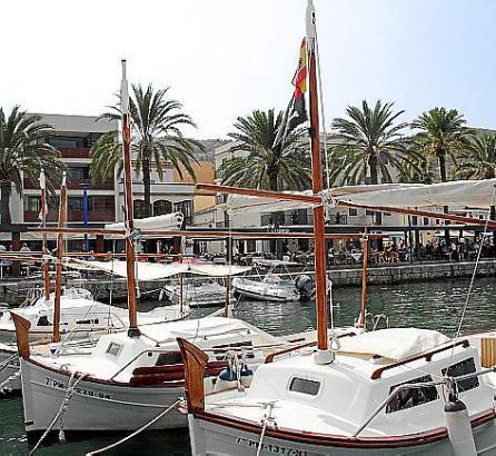 An kaum einem anderen Ort der Insel lässt es sich in Fischlokalen so nah am Wasser sitzen wie in Port d'Andratx. Das macht für v